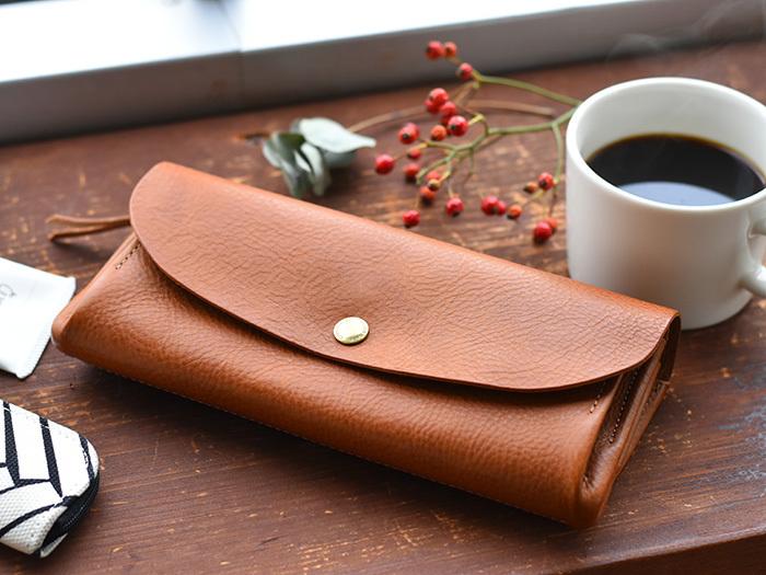 イタリアンレザーを使用した「CINQ」の長財布は、シンプルなので飽きることなく、レザーの経年変化を楽しむことができます。また、シボ入りなので表面のキズが目立ちにくいのも◎
