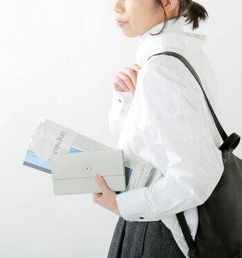 「irose」の長財布は、カウレザーで表現した横畝がクール&クリーンな印象です。シンプルだけどほんのり個性を楽しみたい、そんなお財布を探している方にぴったりです。