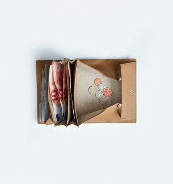 コインケースが大きく開きます。ジャバラのカードケース部分には、カードが10枚入ります。縦に入れるという見えないところにもブランドのこだわりが詰まっています。