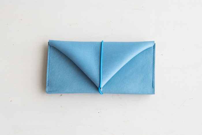 革をムダなく裁断し、丁寧に処理を施したロングウォレットはミニマムでスタイリッシュな印象。普段はお札と小銭だけで、カードはほぼ持たないというスリムタイプを探している方向きです。