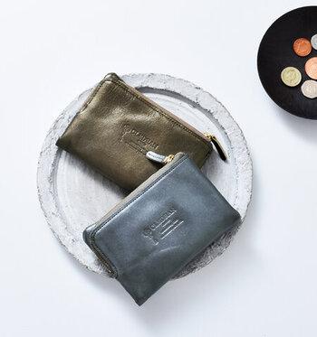 深みのあるグリッターレザーを使用した「CLEDRAN」の二つ折り財布は、ベーシックなシルエットに、他にはないほんのり輝くエレガントさが魅力です。