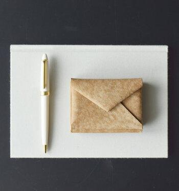 「Dono」の三つ折り材府は、封筒をイメージしたデザイン。上質なセルバッジョレザーを使い、天然皮革ならではの風合いが魅力です。