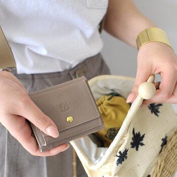 「IL BISONTE」の三つ折り財布は、ベジタブルタンニンでなめしたレザーを使用し、職人によって一点ずつハンドメイドで作られています。