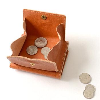 お札入れとカードポケットのほか、立体的なコインケースが備わっていて、大きく開き使いやすさ抜群。全8色の豊富なカラーバリエーションも魅力です。