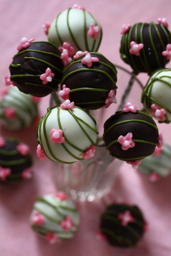 チョコケーキで作ったシュセットのレシピ。こちらはひな祭り用のデコレーションですが、飾りを変えればバレンタイン用にアレンジすることができますね。ケーキと外側のチョココーティングのダブルチョコレートで、とっても濃厚!チョコ好きさんにおすすめです。