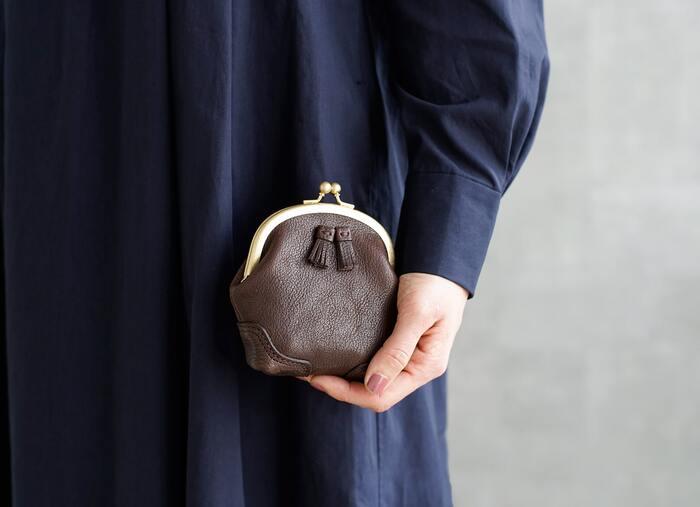 「Yammart」のがま口財布は、小さめのタッセルがワンポイント。丸みのあるフォルムと真鍮のパーツ使いがクラシカルな雰囲気です。
