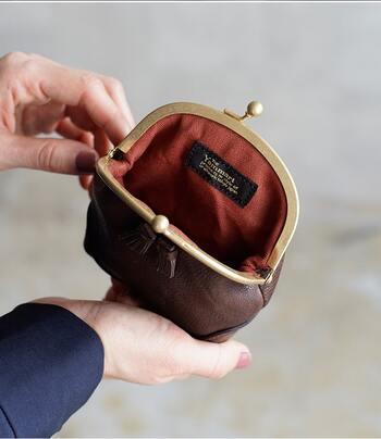 金具部分は真鍮パーツを使用し、牛革のオイルドレザーが味わい深く使い込むほどに手に馴染んでいきます。オレンジの麻生地がさり気なくおしゃれです♪