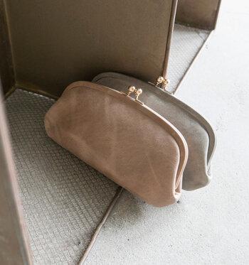 「StitchandSew」のがま口財布は、丸みを帯びた横長デザインの女性らしいフォルム。くすみのある白っぽい模様のカウレザーが上品な印象です。