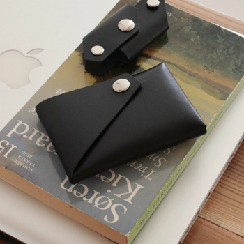 「Lemur」のお財布は、建築の視点から生み出されたユニークなデザイン。パッケージを見ながら組み立てるので、一からお財布に携われるのが魅力です。