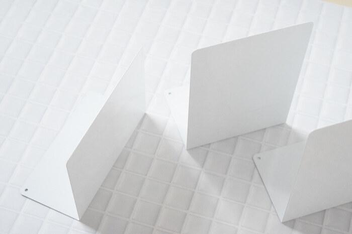 100均のブックスタンドも侮れません。こちらはダイソーの人気のブックスタンド。真っ白L字のシンプルなデザインが好評で、収納に活用している方も多いのでは?幅や高さなどバリエーションが豊富なところも人気の理由です。