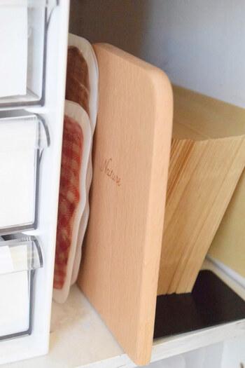 素材も豊富な100均のブックスタンド。プラスチックや金属製のものだけでなく、ナチュラルな木製のブックスタンドも販売されています。こちらもダイソーのアイテム。木のデスクや本棚と一緒に使いたいですね。