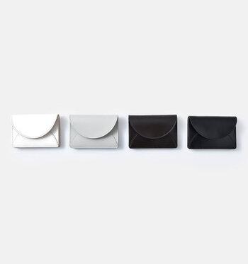 「irose」のミニウォレットは、カウレザーにガラスコーティングを施した上質な艶感が特徴。ポケットサイズなので、洋服のポケットやパーティーバッグにもすっぽり収まります。