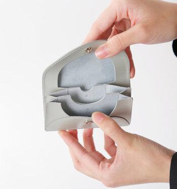 中は3つのポケットに分けられており、一番奥がコインポケットです。フラップ裏側の縁が袋状なので、コインがこぼれ落ちる心配もありません。