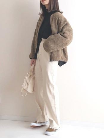 魅力がたくさんのホワイトパンツですが、お悩みも…  ホワイトパンツを履きたいけれど、透けるのが心配という方は多いのではないでしょうか。他にも白は膨張色なので太って見える、汚れが目立つなどネガティブなイメージを持つ方も少なくありません。