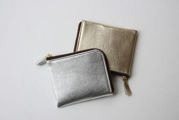 柔らかい山羊革を使用したコンパクト財布。シャイニーカラーが洗練された印象を与えます。