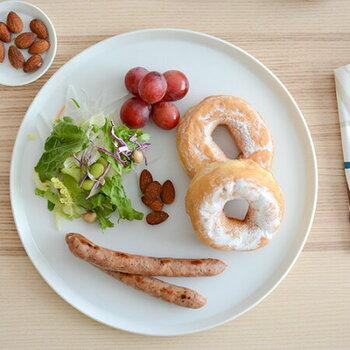 まず用意したいのが、シンプルなお皿。ラウンドプレートは、朝食・パスタ・メインなどマルチに使えます。サイズ違いで揃えて、取り皿やワンプレートとして楽しみましょ♪