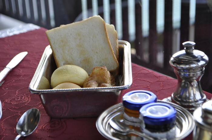 よく磨かれたシルバーのトレーが懐かしい雰囲気。温かいパンにバターやジャムをつけていただけば、至福の朝食タイムが過ごせそう。