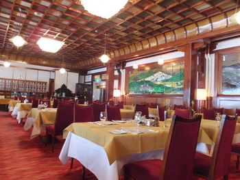 朝食は、メインダイニングルームでいただきます。壁にはステンドグラス、高い天井は格子造りで重厚感たっぷり。日本のホテルで初めて朝食付きの宿泊プランを設定したとも言われています。