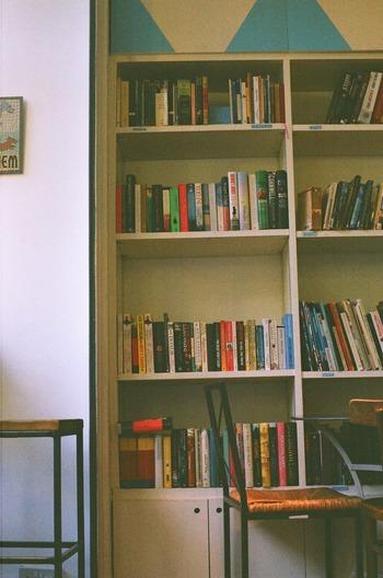我が家は本棚で整理しているから、ブックスタンドは必要ないという方もいらっしゃるでしょう。でもちょっと待って。本棚とは別にブックスタンドがあれば、読書タイムがさらに快適になるんですよ。