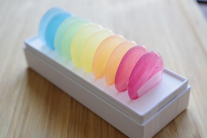 昔ながらの和菓子「干錦玉」を薄く丸い形にしたのが「御菓子 つちや」のみずのいろ。淡く優しい色合いのお菓子は、ひな祭りに晴れやかな彩りを添えてくれそうです。