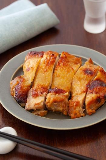 """酒粕と非常に相性がいいのが、同じく日本古来の発酵食品としておなじみの""""味噌""""。酒粕と味噌を合わせたものに鶏肉を漬け込むと、しっかり味が染み込んだメインディッシュになります。"""