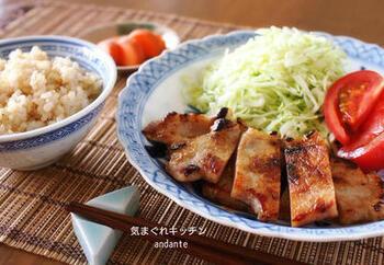 酒粕&味噌の調味料は豚肉にもぴったりです。こちらはなんと3日間もじっくり漬けるのだそう。時間がある時に作り置きしておくと楽チンですね。