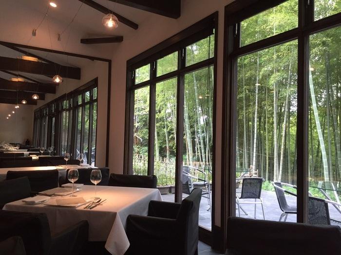 竹林が見える店内は大きな窓が特徴的。窓から差し込む陽射しが心地よく、穏やかな時間が流れています。内装にもこだわり、照明や窓枠の細工などは、竹の節を連想させる直線とスクエアをイメージしているそう。