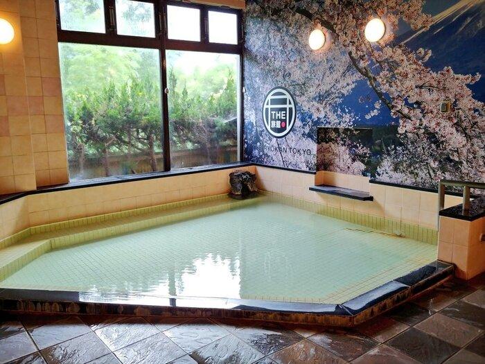 店名の通り施設内に源泉かけ流しの温泉があるんです。平日限定で貸切温泉もあるので、温泉に入ってまったりしたいときにぴったり。