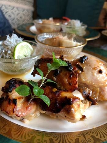 ここでいただくランチは、常連さんからも人気。メインが日替わりで、こちらは「鶏もも肉のから味噌ソテー」。香ばしく焼けたお肉が食欲をそそります。