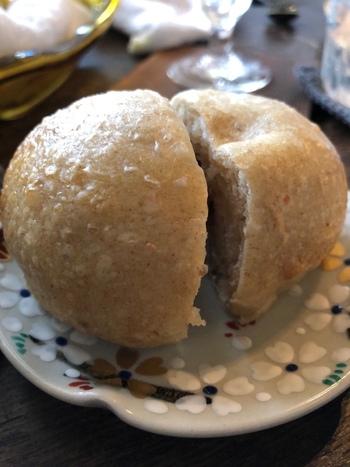 ランチでは、パン数種類または万頭の中からひとつを選びます。天然酵母を使って焼き上げたパンは、オーダーが入ってから蒸し器で蒸しているそうで、クルミパンはもちもちです。