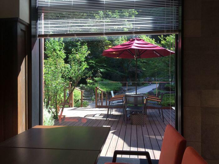 「and garden museum cafe」は、地元で有名なお豆腐屋さん「十二庵」がプロデュースしているお店で、ランチではお豆腐を使ったメニューがいただけます。店内からは、美術館の庭園が見え開放的な気分に。テラスや足湯もあり癒されます。