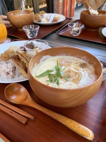 ランチの「湯河原 十二庵の豆乳スープ」は、大豆の濃厚な旨みとまろやかな口当たりが上品な一杯。「辛口」もあり、ラー油の辛さと豆乳が絶妙にマッチしています。