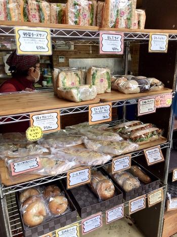 天然酵母を使ったベーグルやサンドイッチなど、店内にはたくさんのパンが並びます。なかでも、自家製の有機野菜や旬の食材を使ったお惣菜パンが人気。