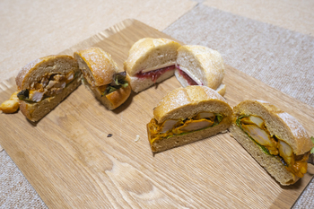 写真の焼きカレーパンやサンドイッチなど、日替わりで登場するパンも多いので、何度訪れても新しいパンに出合えますよ。