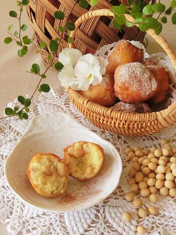 ホットケーキミックスで作るドーナツに、大豆とバナナをプラス。大豆は柔く煮ることでほっくりし、ふわっとした生地との相性がよくなります◎牛乳の代わりに豆乳を使うとよりヘルシーです。