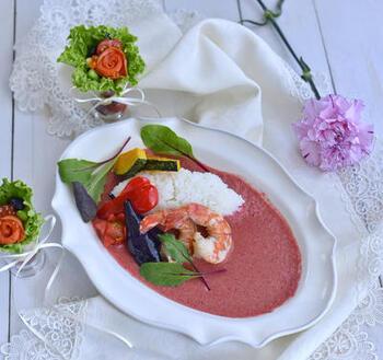 鮮やかなピンク色のカレーは、ビーツの水煮をミキサーでペースト状にして使っています。見た目の美しさだけでなく、スパイシーで味わいも本格的!ボイルエビやカラフル野菜を添えれば、春のおもてなしにぴったりです。