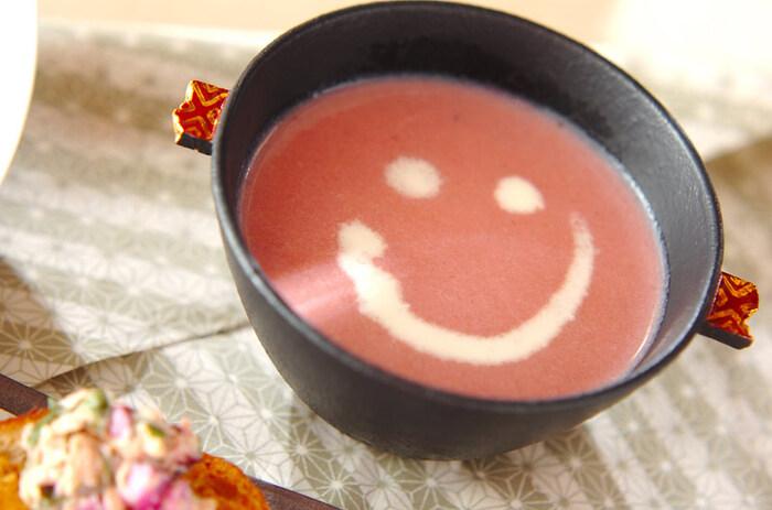 こちらは手軽なビーツ缶を使ったピンク色のスープ。器に盛りつけたら、生クリームやコーヒー用ミルクでにニコちゃんマークを書いたら完成です。温かいままでも美味しいですが、夏は冷製にしても◎