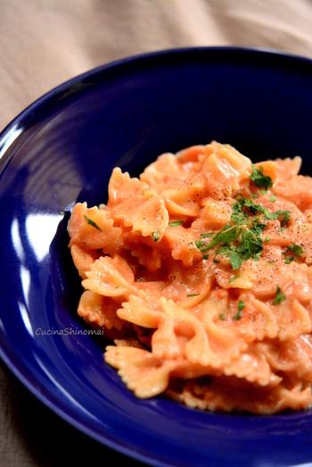 トマト缶とリコッタチーズを合わせてピンク色に仕上げたパスタです。蝶々の形をしたファルファッラパスタにすると、より可愛らしく仕上がります。
