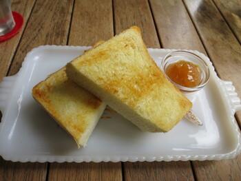 メニューはパスタやカレードリアなど種類豊富。どれもおいしいのですが、おすすめはトーストです。ここでは、昭和17年からつづく老舗パン屋「ペリカン」のトーストが食べられます。「ペリカン」は予約しないと買えない人気店。表面はカリカリ、中はふんわりやさしい味は毎日でも食べたくなります。バターや自家製のジャムもお好みでどうぞ。
