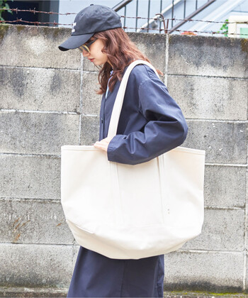 存在感たっぷりの、ナチュラルテイストなトートバッグ。荷物を沢山入れても頼もしい、しっかりとしたキャンパス地です。飽きの来ないデザインで、どんなファッションにも馴染みやすいのが特徴。ひとつは持っていたい定番バッグです。