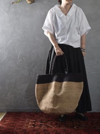 ブラックとブラウンのツートンカラーがおしゃれなバスケットデザインのバッグ。愛らしい三つ編みの持ち手は、手にしっくりと馴染んで滑りにくいといった魅力も。どんと大きいので、旅行やマザーズバッグにも便利です。インテリア好きな方には鉢カバーとしてもおすすめだそうですよ。