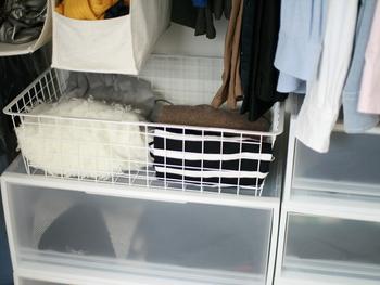 こちらの長方形のバスケットは、洋服や小物を収納するのにも重宝します。クローゼットの中に置くと、さっと取り出せて便利ですよ。