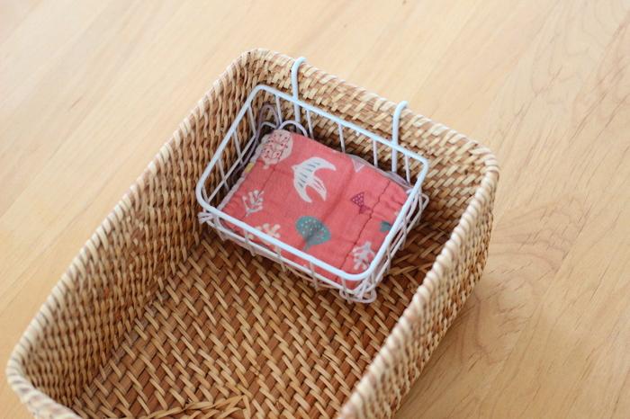 ごちゃごちゃになりがちなボックス収納を、綺麗にしてくれるミニバスケットです。写真のようにボックスに引っ掛けて使います。埋もれてしまう小さなアイテムも、これを使えば見やすく収納できますね!