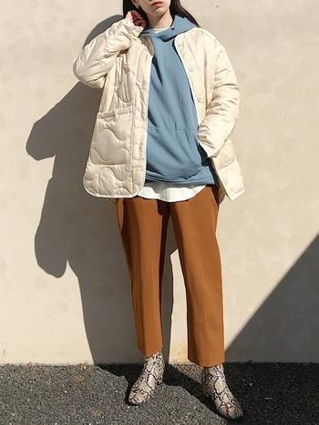 キルティングジャケットのインナーに、パステルブルーのフーディーを効かせた大人カジュアルなスタイル!冬はアウターのインナーとして、春は一枚でカジュアルに着こなせるフーディはロングシーズン楽しめる万能トップス。今買うなら春を意識したカラーをセレクトすると◎