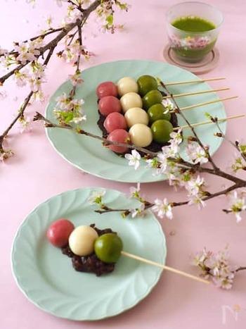 お花見でお馴染みの三色団子ですが、菱餅カラーなのでひな祭りにもぴったり。串に刺してあり食べやすいので、パーティーにもおすすめです。