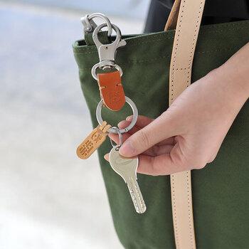 丈夫で上質なオリジナルレザーに「IL BISONTE」のブランドロゴが刻印されたナスカン付きのレザーキーホルダー。大きめのナスカンなので、バッグだけでなく、ベルトループやにも簡単に取り付けることができ、片手で取り外しが出来るので荷物が多いときもストレスなく使えて◎。