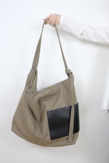 くたっとしていて触り心地のよいバッグ。内側に小さなポケットが2つ付いており、ばらつきやすい小物をしまえます。サイドポケットは革仕様で、高級感をさらりと演出してくれますよ。実用性が高いうえ、ちょっぴりメンズライクな渋さもおしゃれです。