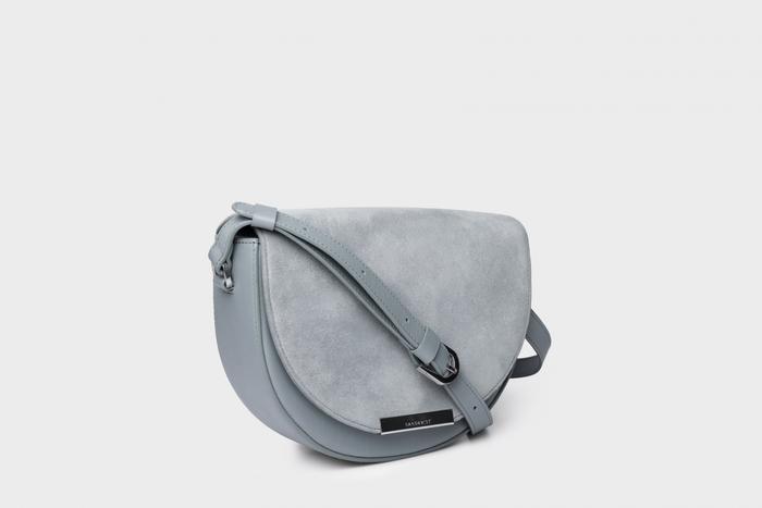 レトロクラシックな雰囲気の、ハーフムーン型ショルダーバッグ。レザーとスウェードの異なる素材や丸みのある優美なアーチが、女性らしい美しさを演出してくれます。外側と内側に小物が収納できるポケット付きで、コンパクトでありながら使い勝手にも優れていますよ。