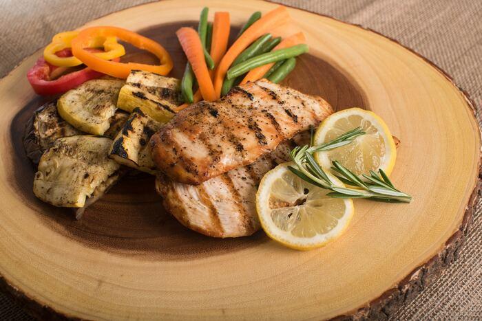 炭水化物抜きの献立のコツは、単に炭水化物だけを減らさないこと。効率の良いダイエットには基礎代謝のアップが欠かせません。筋肉もつけられるようにたんぱく質の摂取も忘れないで。中でも、鶏のささみや胸肉、豚のもも肉、豆腐など、脂質の少ないものを選ぶとよりヘルシー◎   また、脂質も体にとって必要なので、糖質と合わせて削減するのではなく、オリーブオイルなど良質な油を取り入れると良いでしょう。炭水化物抜きの献立では、組み合わせやすい小鉢料理に和食を取り入れるのもおすすめです。