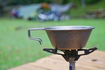 シェラカップは、コップとして使えるのはもちろんのこと、直火にかけられるので鍋やフライパン代わりの調理器具としても重宝します。